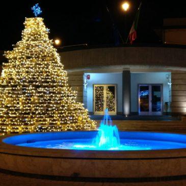 Paupisi. Natale, la Pro Loco illumina il paese con l'albero del…selfie!