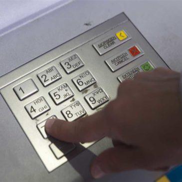 Prosciugavano i conti correnti dei clienti: arrestati 18 tra dirigenti e dipendenti di Poste e banche