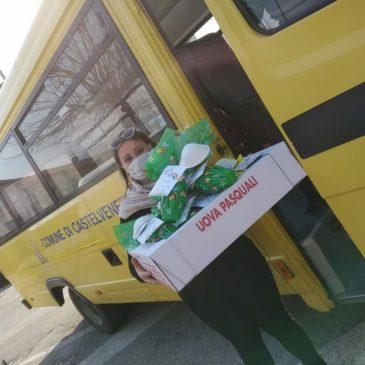Castelvenere: lo scuolabus consegna uova di Pasqua ai bambini