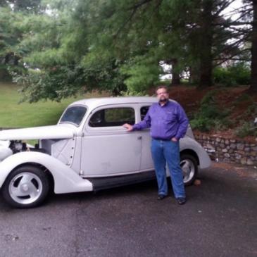 Il padre vende la sua auto d'epoca per pagare gli studi alla figlia: lei gliela ricompra in segreto 21 anni dopo