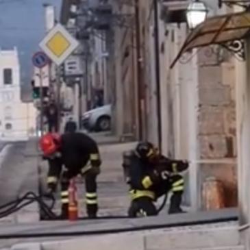 Paura a Cerreto Sannita: in fiamme auto alimentata a Gpl. Le foto