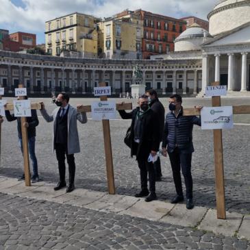 Protesta dei commercianti contro il lockdown: croci in piazza Plebiscito a Napoli