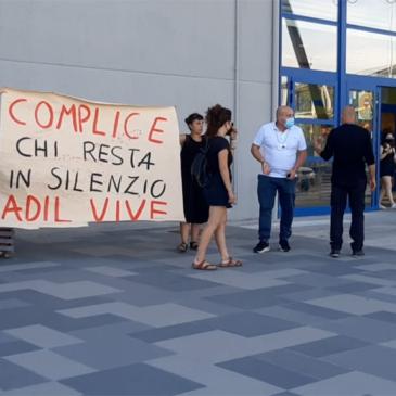 Benevento, protesta davanti da Lidl per ricordare il sindacalista Adil Belakhdim